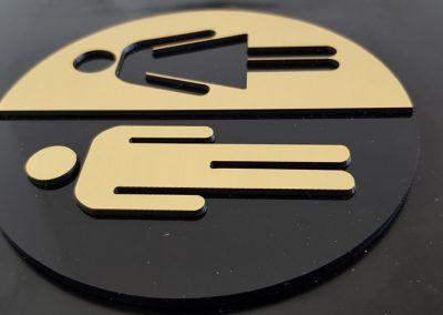 Табелки за WC с основа от черен плексиглас и частично изрязано лице от LZ материал в цвят злато